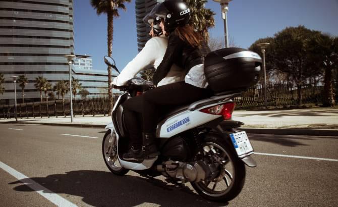 Imatge d'una moto eCooltra que il·lustra el nostre article accident amb moto eCooltra