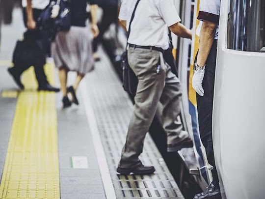 Imatge de persones pujant al transport public